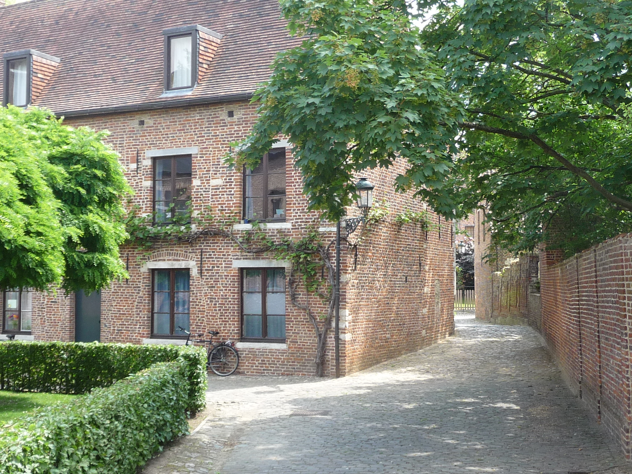 Enjoy the narrow streets of the Groot Begijnhof