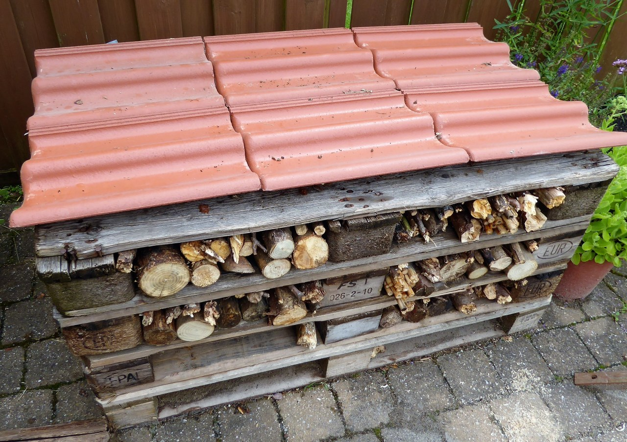 Making a bee hotel from wooden pallets